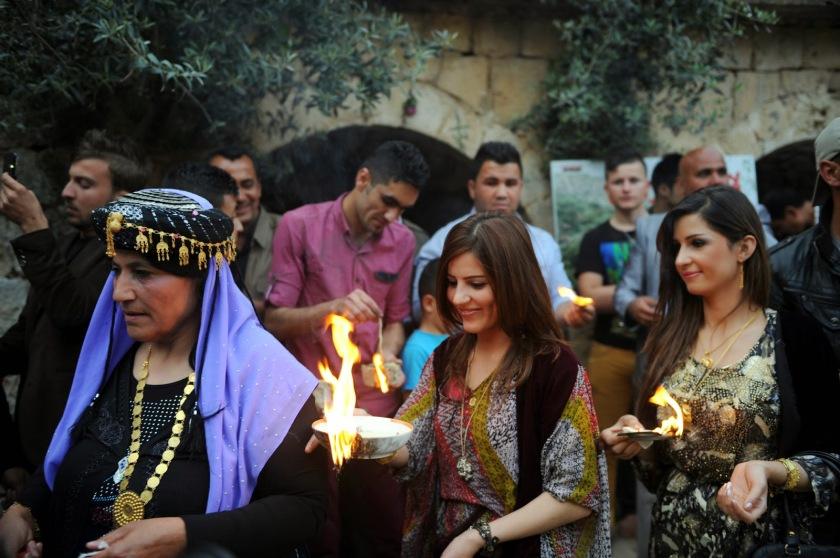 येझिदी महिलांच्या हातात आरतीचे ताट
