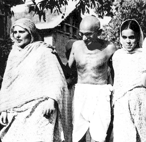 Mahatama-Gandhi-in-Srinagar-with-Begum-Akbar-Jehan-and-her-daughter-Khalida-Shah